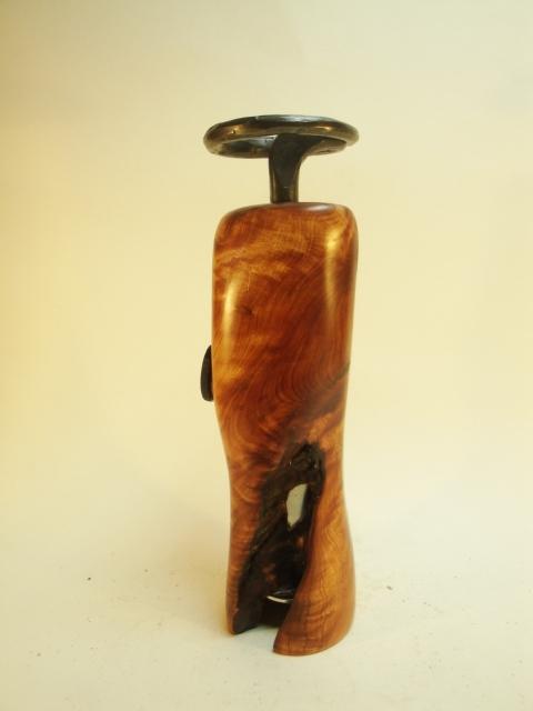 Eine Pfeffermühle / Gewürzmühle Wacholderwurzelholz mit handgeschmiedeter Kurbel